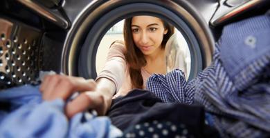 Quitar la ropa humeda de la lavadora